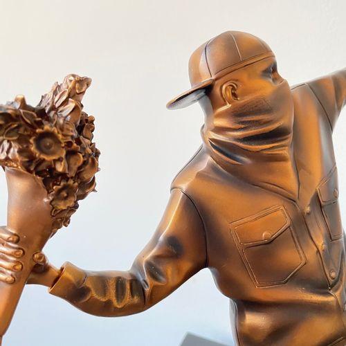BANKSY (D'APRÈS) X MEDICOM TOY Sculpture Flower Thrower en Polystone  Couleur br…