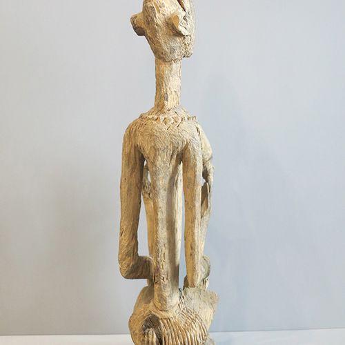 MATERNITE DOGON Statuette représentant une maternité aux seins saillants avec de…