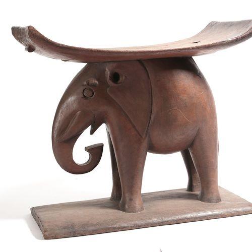 Tabouret Ashanti Tabouret représentant un éléphant portant l'assise.  Ghana, eth…