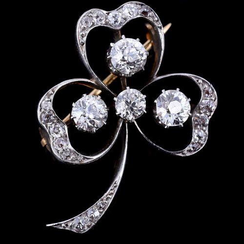 An Edwardian diamond clover leaf brooch Une broche Edouardienne en forme de feui…