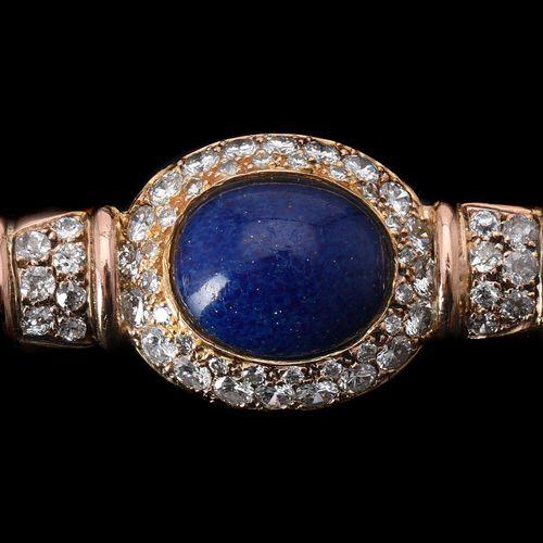 A diamond and blue paste brooch Une broche en diamant et pâte bleue, le cabochon…