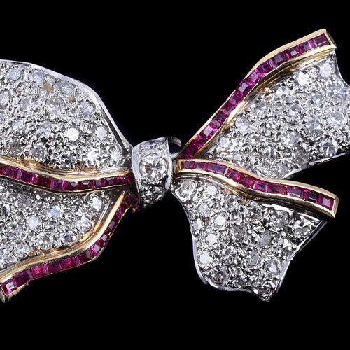 A ruby and diamond bow brooch Une broche en forme d'arc en rubis et diamants, le…