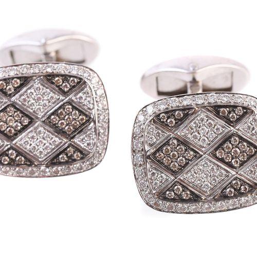 A pair of diamond cufflinks by Mouawad Une paire de boutons de manchette en diam…