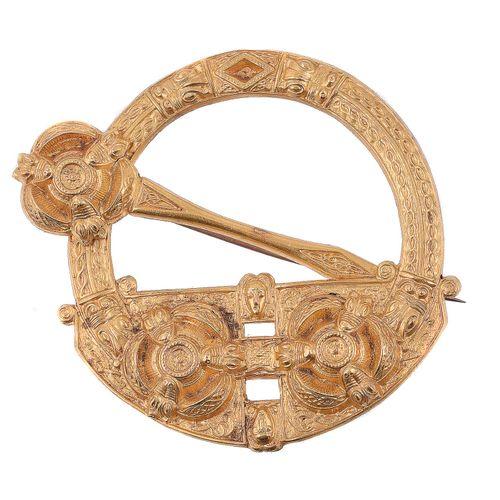 A Victorian silver gilt Tara brooch by West & Sons Broche Tara en argent doré de…