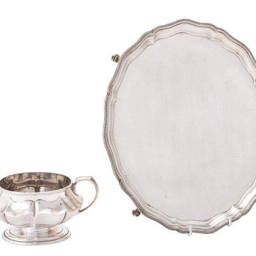 A silver shaped circular salver by Barker Ellis Silver Co. Un plateau circulaire…