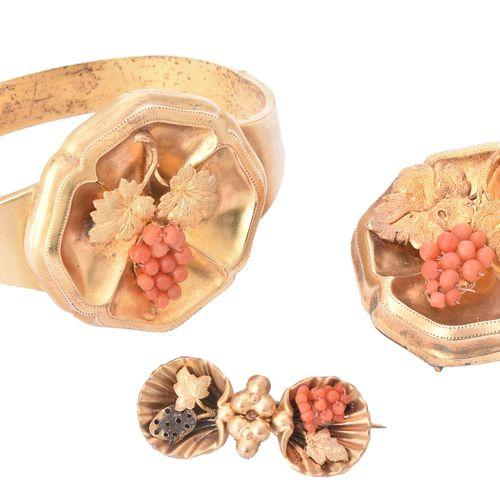 Y A Victorian coral and gold bangle and brooch suite Y Suite de bangle et de bro…