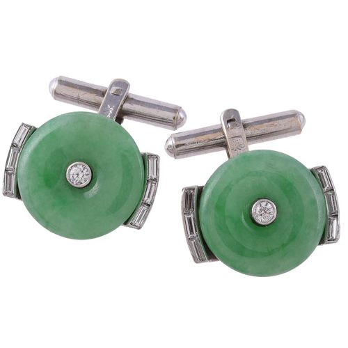 A pair of 1960s jadeite and diamond cufflinks Une paire de boutons de manchette …