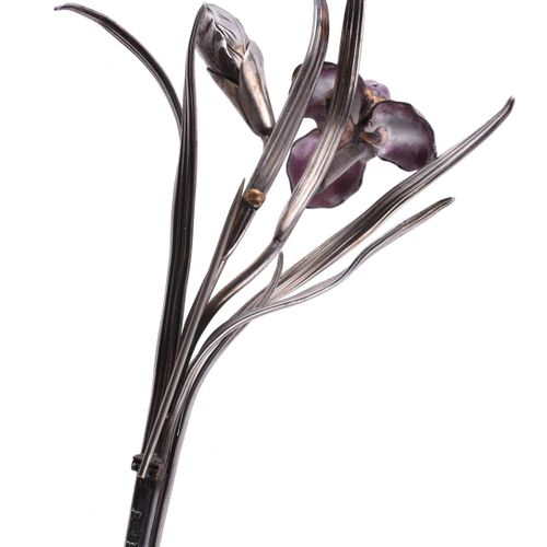 A Chinese silver coloured iris spray brooch Une broche chinoise en forme de spra…