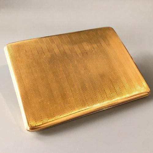 Elégant étui à cigarettes en or jaune 18K (750 millièmes) guilloché. Travail ang…