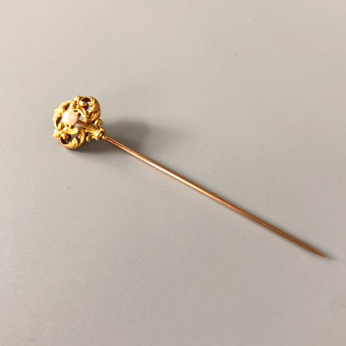Epingle à cravate en or jaune 18K ( 750 millièmes) sculpté et ciselé orné d'un m…
