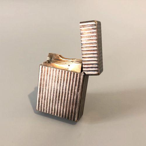 DUPONT 巴黎 镀银金属打火机,有Godronné装饰。燃气加注。签名:Dupont Paris,并有编号。(穿)。尺寸:4.9 x 3.5 x 1.3厘米…