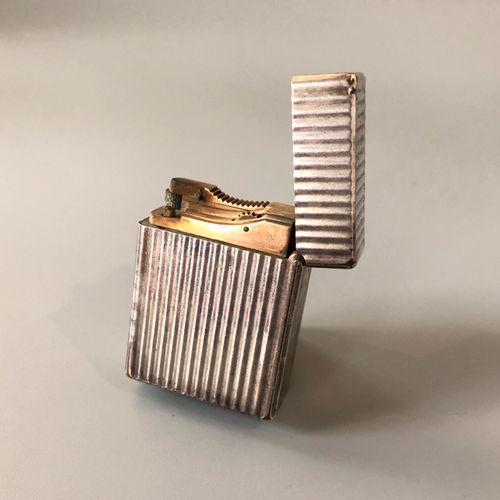 DUPONT 巴黎 镀银金属打火机,有Godronné装饰。燃气加注。签名:Dupont Paris,并有编号。在其案件中。    磨损和撕裂。    尺寸:4…
