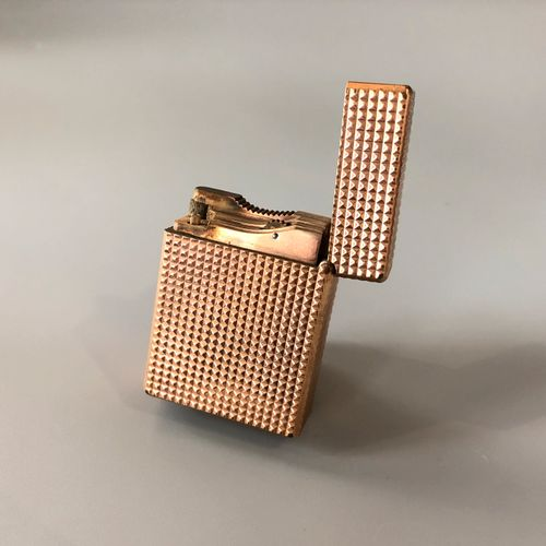 DUPONT 巴黎 镀金金属的打火机,有钻石装饰点。燃气加注。签名:Dupont Paris,并有编号。在其案件中。    磨损和撕裂。    尺寸:4.9 x…