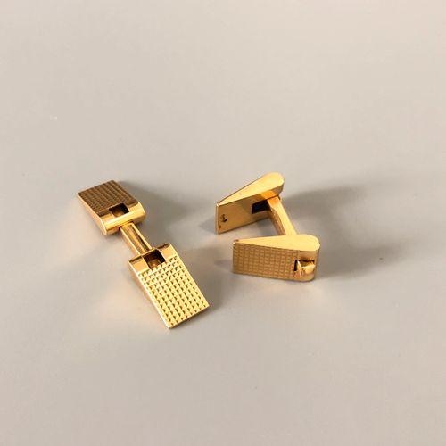 Paire de boutons de manchettes en or jaune 18K (750 millièmes) à motif ciselé de…