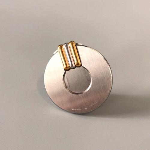 Must de CARTIER 拉丝钢雪茄刀环,有三种颜色的金质小圆点。有签名和编号的。在其案件中。直径:4.5厘米左右。