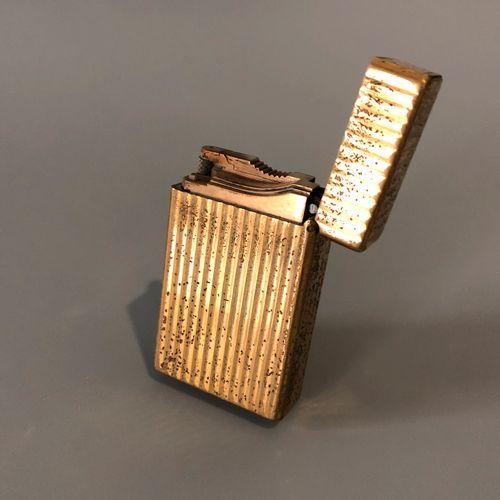 DUPONT 巴黎 镀金金属打火机,有Godronné装饰。燃气加注。签名:Dupont Paris,并有编号。(穿)。尺寸:6 x 3,5 x 1,5厘米左右…