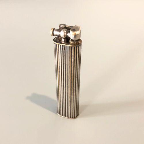 DUNHIL 镀银金属打火机,有凹槽装饰,署名Dunhil.(穿)。尺寸:2 x 7 x 1,3厘米左右。