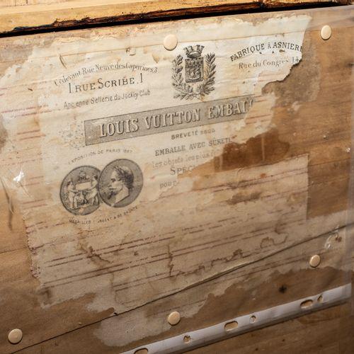 Importante baule postale in legno naturale, con rinforzi in metallo sui bordi e …