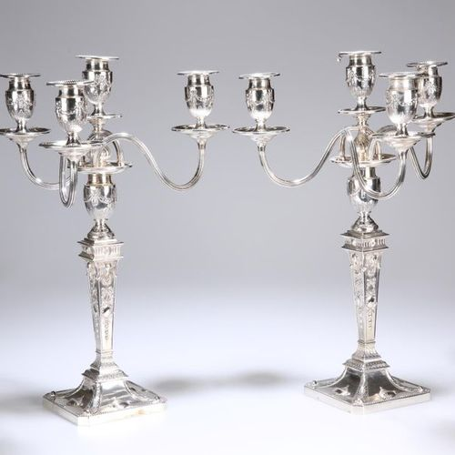 Une paire de quatre candélabres vichoriens en argent clair dans le restaurant AD…