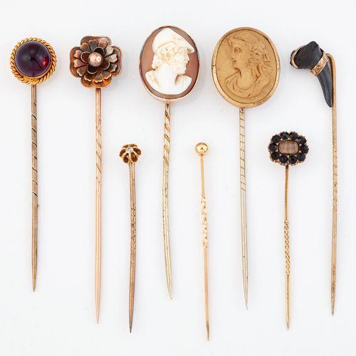 UN GROUPE DE HUIT épingles à nourrice, comprenant : un exemple de dent fossilisé…