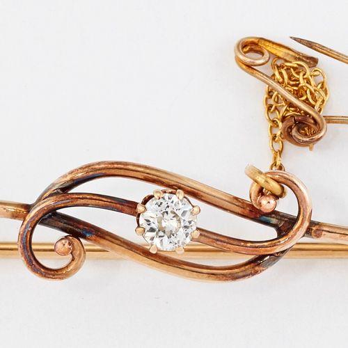 BROCHE DE BARRE EN DIAMANT, un diamant rond dans une monture à griffes sur une b…