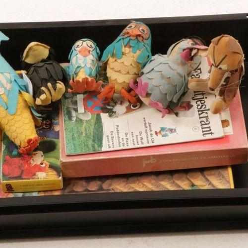 A lot of paraphernalia from 'De Fabeltjeskrant' consisting of various puppets, g…