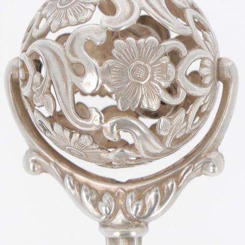Rattle silver. Modèle à poignée et monté, boule partiellement ajourée à décor fl…