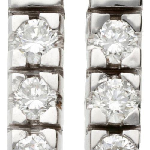 14K. White gold earrings set with approx. 0.12 ct. Diamond. 印章。O.585.镶有6颗明亮型切割钻石…