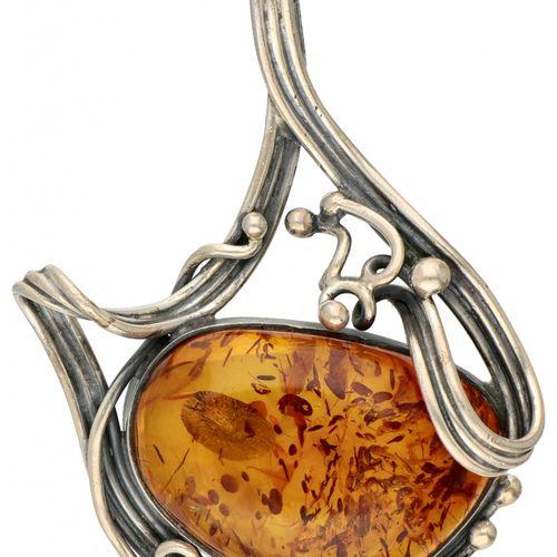 Silver pendant set with approx. 26.50 ct. Amber 835/1000. 印记。ZII.配有约26.50克拉的凸圆形切…