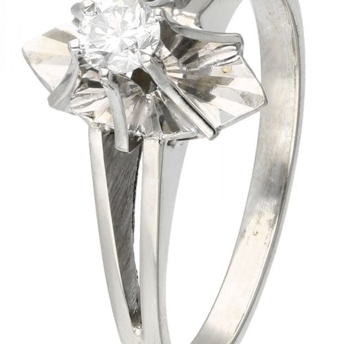 18K. White gold solitaire ring set with approx. 0.15 ct. Diamond. 镶嵌一颗明亮式切割钻石(约0…