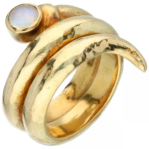 18K. Yellow gold hammered snake shaped ring set with a triplet opal. Taille de l…