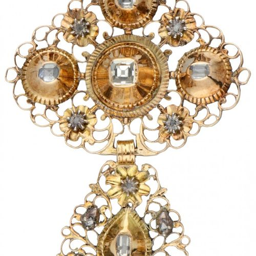 14K. Yellow gold antique cross shaped pendant set with diamonds. Poinçons : 585,…