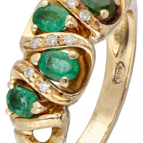 19.2K. Yellow gold vintage ring set with approx. 0.64 ct. Natural emerald and ap…