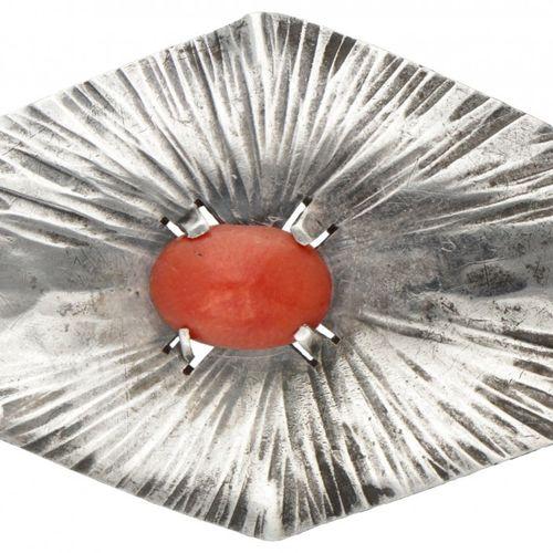 Silver Amsterdam School Art Deco brooch set with red coral 835/1000. 印记:税标J,不完整的…