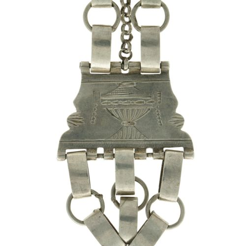 Chatelaine chain for pocket watch silver. 配有大的链接和雕刻的装饰。荷兰,19世纪,印记。伪印,内容印记ZII, 有使…