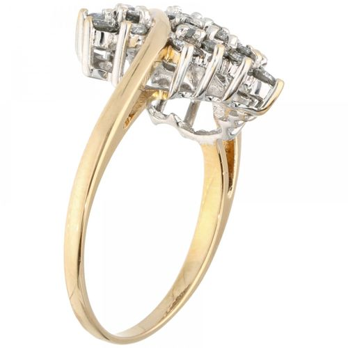 18K. Yellow gold pear shaped ring set with approx. 0.60 ct. Diamond. 30颗明亮式切割钻石(…