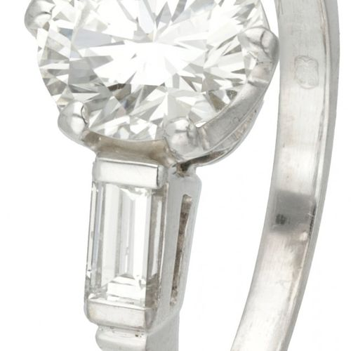 18K. White gold shoulder ring set with approx. 1.85 ct. Diamond. Poinçons : 750,…