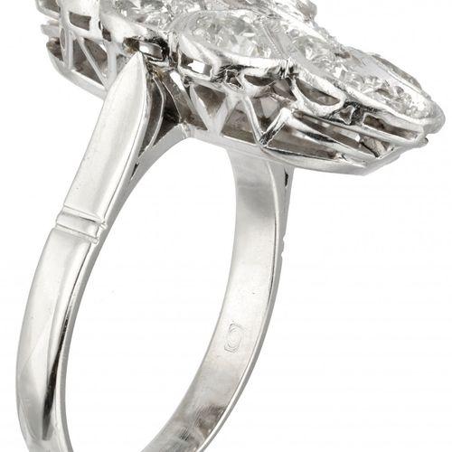 14K. White gold ring set with approx. 1.66 ct. Diamond. Poinçon : 585. Avec 8 di…