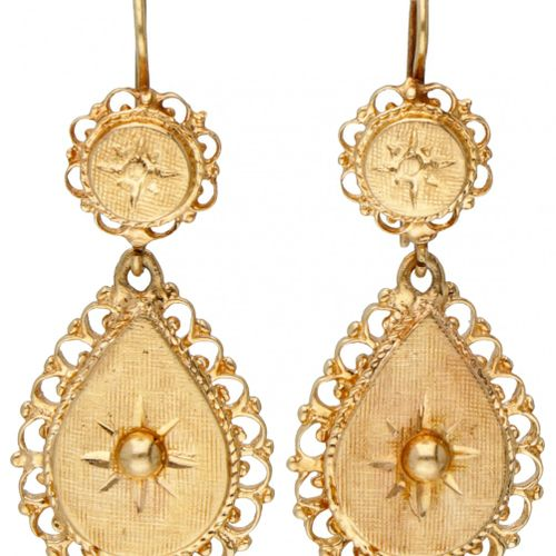 BLA 10K. Yellow gold earrings with graceful engraved details. Lxl : 3,6 x 1,5 cm…