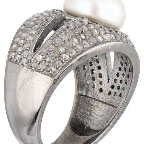 Silver ring set with rose cut diamonds and a freshwater pearl 925/1000. 印章:925。配…