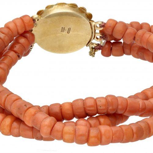 Three row red coral vintage bracelet with a 14K. Yellow gold closure. 闭合处有星形雕刻和安…