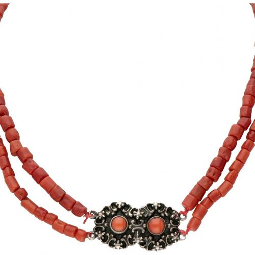Two row red coral necklace with an 835/1000 silver closure. Poinçon : épée. Ø Co…