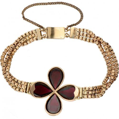 14K. Yellow gold bracelet set with approx. 15.88 ct. Garnet. Poinçon : 585. Avec…