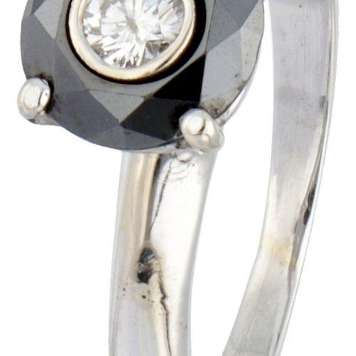 18K. White gold ring set with approx. 0.12 ct. Diamond and black stone. 印章:750。制…