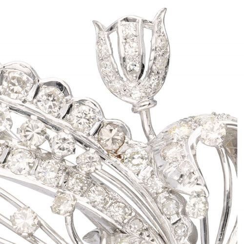 18K. White gold flower decor brooch set with approx. 3.17 ct. Diamond. Avec ferm…