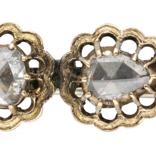 Antique 18K. Yellow gold openwork brooch set with diamond. 针是金属的。2颗梨形玫瑰切割钻石(1颗直径…