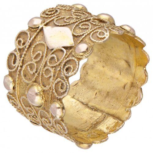 14K. Yellow gold antique Zeeland filigree 'dop' ring, approx. 1900. 荷兰泽兰,约1900年。…