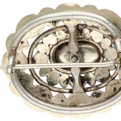 Silver antique oval brooch set with diamond 833/1000. Décorée d'une bordure en o…