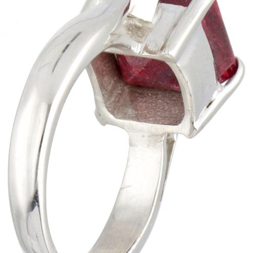 Silver solitaire ring set with a ruby  925/1000. 印章:925。配有一颗carré切割红宝石(约9.0 x …
