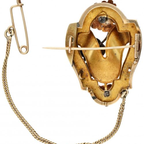 14K. Yellow gold antique floral decorated brooch. 有玫瑰金/黄金叶子形状的细节,有珍珠籽和精细的雕刻,有安全链…